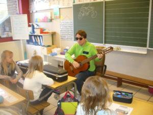 Monsieur André joue très bien de la guitare. Il a appris seul